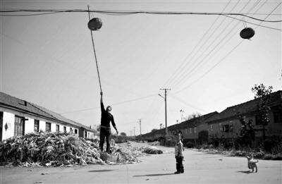 10月14日,莫言的出生地高密市大栏乡平安庄。得知莫言获得诺贝尔文学奖后,村委会在村里挂起了30个灯笼。