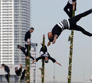 日本消防员攀竹梯玩杂耍