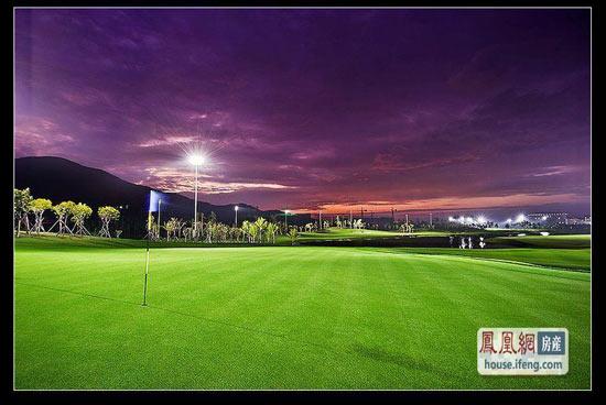 半山半岛夜幕下的高尔夫球场