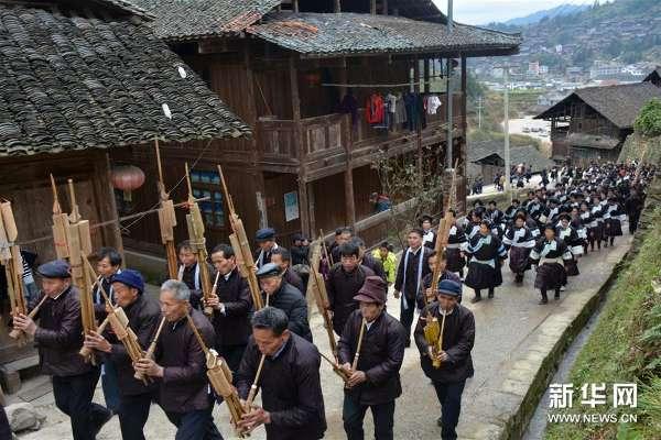 12月24日,贵州榕江县乐里镇上寨的侗族同胞吹起芦笙.-贵州榕江图片