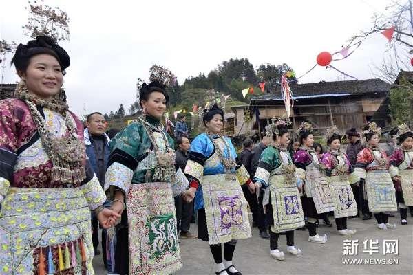 12月24日,贵州榕江县乐里镇下寨的侗族姑娘跳起芦笙舞.-贵州榕图片