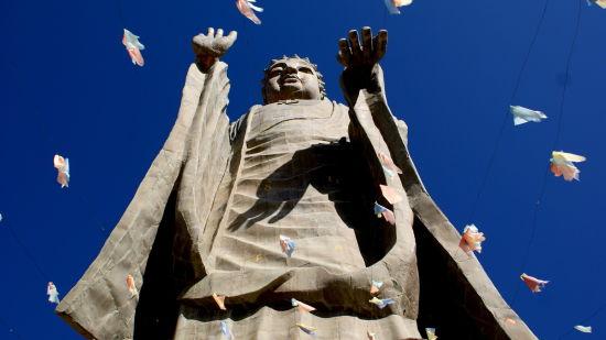 佛的-敦煌城内最引人注目的石雕当属位于市中心的反弹琵琶城标,这尊飞天