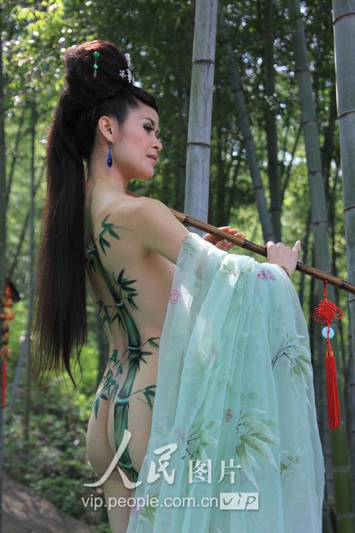 全裸人体彩绘《竹林吹箫》亮相黄山(组图)