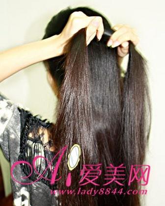 将头发都梳到一边,长发与头巾缠绕在一起,将编好的辫子放在胸前,穿上