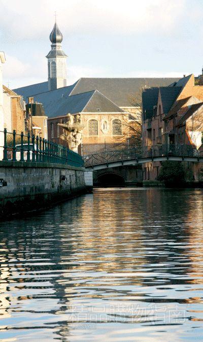 房屋依河而建,颇有水城风貌,且中世纪风情浓郁。