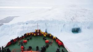 在船头看冰川。