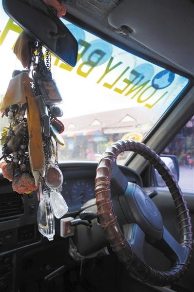 遇到惊险Tuk-tuk司机会手握车上的佛牌。