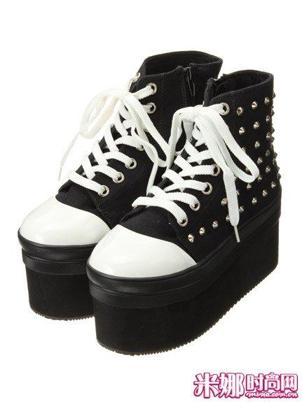 搭配 厚底鞋/这款铆钉厚底鞋搭配裙装一定具有十足混搭风