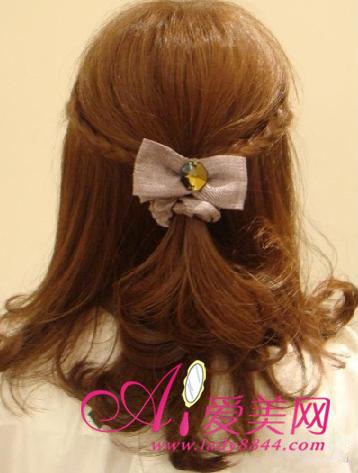 步骤三:将两条小辫子用发卡固定好也起到点缀装饰的作用,并将事前卷起