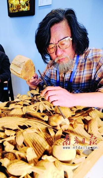 雕刻家制作特色木雕工艺品.丁玎 摄