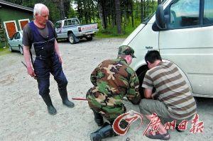 ⑥在芬兰,当地人帮忙修车。