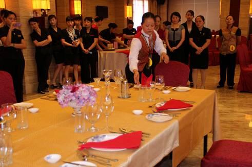 据介绍,该赛事内容包括仪容仪表,外语水平以及中式铺床,中餐宴会摆台图片