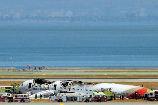 从海边到飞机坠毁地点附近,到处都散落着失事客机的残骸.