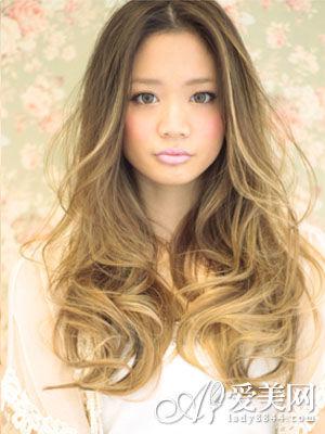 这是一款非常潮的一款大波浪蓬松长发发型,适合头发比较长的女生喔!图片