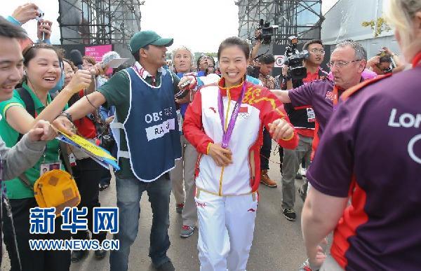 7月28日,夺得伦敦奥运会首金的中国射击运动员易思玲走出赛...