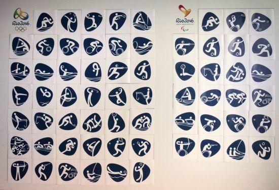 """里约奥运会及残奥会体育图标 新华社里约热内卢11月7日电(记者王帆)里约奥组委7日揭晓了2016年夏季奥运会和残奥会的共计64个体育图标。 当日公布的里约奥运会和残奥会的体育图标,在鹅卵石外形框架内,象征41个里约奥运和23个里约残奥项目的运动人形栩栩如生、跃然纸上。除了原有奥运和残奥项目外,里约奥运会新增项目高尔夫球、7人制橄榄球以及里约残奥会新增项目划艇和铁人三项的图标亦在其中。 里约奥组委品牌管理负责人贝茨·卢拉在揭晓仪式上说:""""里约奥运和残奥体育图标从现在开始到2016"""