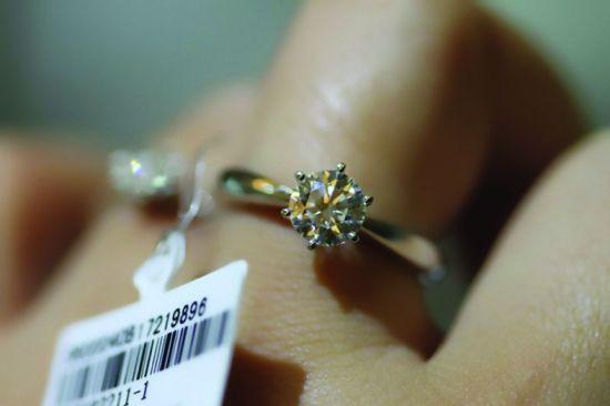 图说:这款半克拉钻戒,在深圳批发只有8千多元,在大连某商场里却标到了3万多元,消费者对此并不知情 同样一枚钻戒,在大连买,比北京和上海贵了1倍,差价十分惊人。钻戒的底价到底是多少?珠宝商家们的利润有多少?笔者在本地暗访的同时,笔者的同事赶赴全国珠宝加工基地深圳,从钻戒加工和生产源头,为市民揭秘钻石的价格真相。 笔者调查发现,在本地一些大商场里售价1万多元的钻戒,在深圳珠宝工厂里,批发价仅为3千元。一枚钻戒,从出厂到卖到消费者手里,加价率达到了300%,暴利十分惊人。 批发市场万元钻戒批发价3千 对珠宝圈