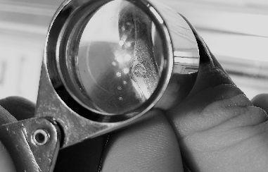 放大镜下可见钻戒上钻石已开裂。本报记者刘倩雯杨金金摄