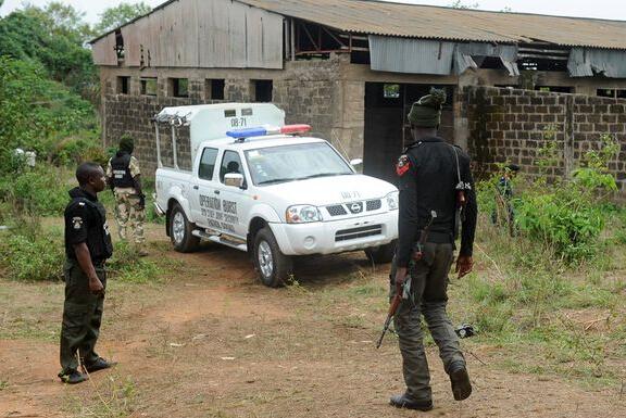 尼日利亚19岁青年工地强奸小狗被捕--警察出动