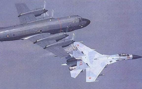苏27用垂尾将挪威p-3的发动机舱割开,名声大振.