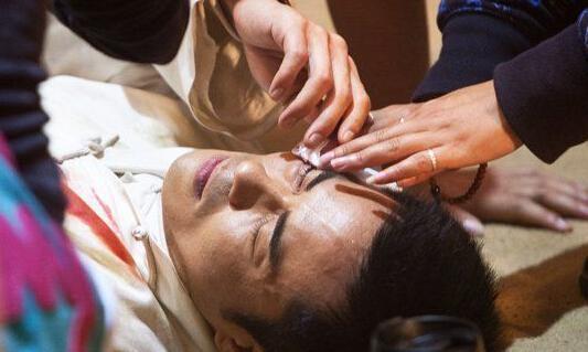 45岁郑嘉颖被曝眼疾半盲吸金半亿一身病痛