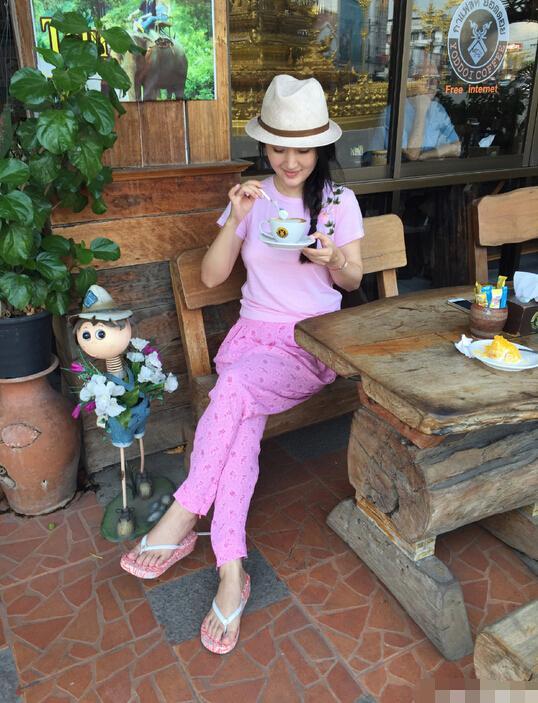 杨钰莹泰国享受悠长假日打扮粉嫩似少女