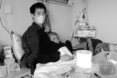父亲为救子当人肉沙包续:孩子病情恶化 生命只剩1月