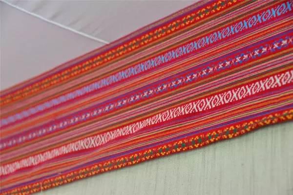 房间的帏边是纳西族的传统花纹