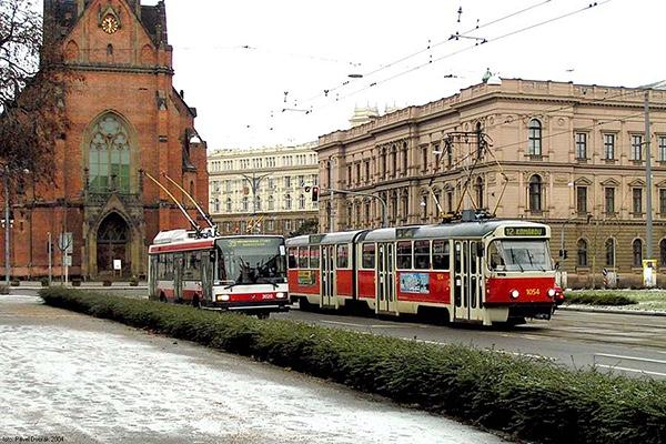 古朴的车厢和周遭的欧式建筑