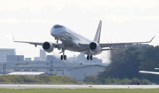 "MRJ起飞(网页截图) 日本第一款国产喷气式支线客机MRJ11日完成首次试飞,向争夺全球市场迈出第一步。 迟到4年 MRJ为""三菱支线喷气客机""的英文单词首字母,由日本三菱重工旗下三菱飞机公司研制,为双引擎喷气式支线客机。它分为MRJ90和MRJ70两个系列,分别为90座级和70座级。 首架MRJ客机11日在日本爱知县名古屋机场起飞,大约一个小时后顺利返回着陆。三菱飞机公司在网站上直播了试飞过程。 它是日本在第二次世界大战后研制的首款喷气式""大飞机""。半个"