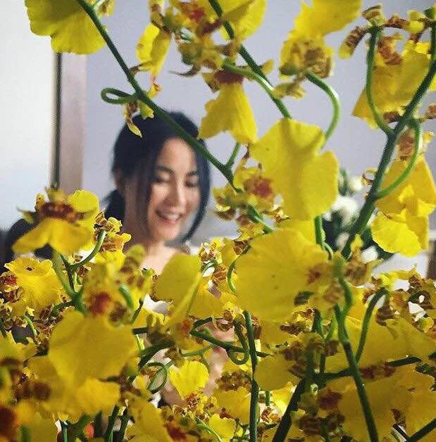 【爆料】49岁王菲近照似少女 躲在花丛后笑靥如花(图)