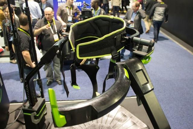 VR跑步机Virtuix Omni:月球漫步初体验