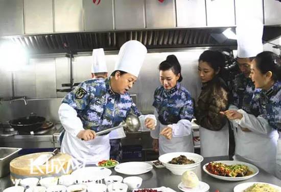 """[明星爆料]宋祖英吕继宏在""""海空雄鹰团""""为战友们做年夜饭"""