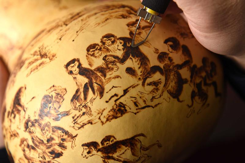 合肥市瑶海区,葫芦烙画省级非遗传承人郑小良利用半个多月的时图片