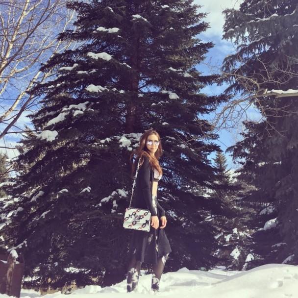[明星爆料]徐子淇穿运动内衣在雪地漫步 生活健康呼吁环保