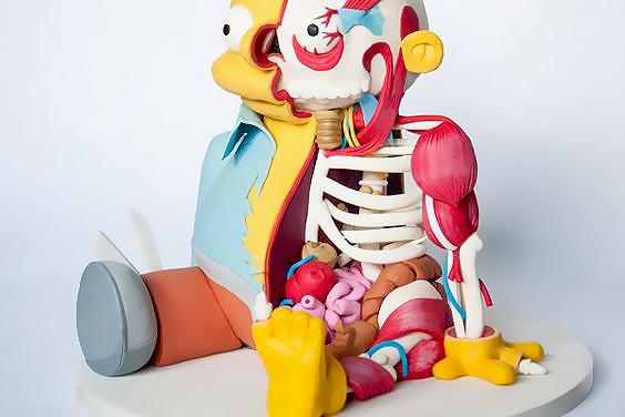 """胆小慎入骨骼做的""""内在美""""玩具 他的作品中有很多半剖玩偶,露出可爱造型人物的内部骨架,众多经典卡通人物都惨遭""""解剖"""",甚至连沉迷于泡澡的小黄鸭都未能逃脱。"""