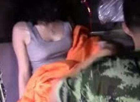 一男两女�:h�b�9�yf_实拍两女一男车震出车祸赤裸被困车内