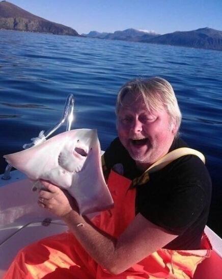 老爸出海捕了一整天鱼,就捕到几条,最大的一条还不让吃,说那是他哥!!