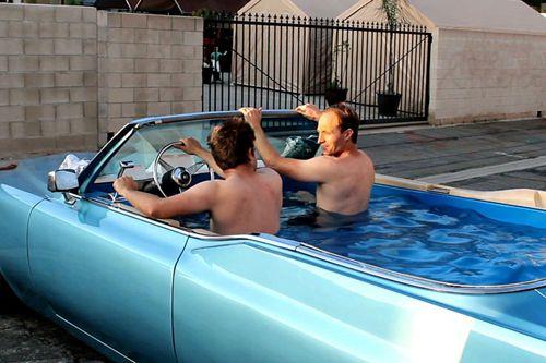 洛杉矶两个工程师创意十足的将一辆凯迪拉克跑车改成了一个浴缸,这两人表示,他们将自己最爱的两件事结合在一起——驾驶和泡澡。
