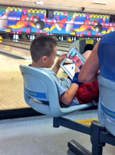 这小子在保龄球馆里玩保龄球游戏,我也是醉了