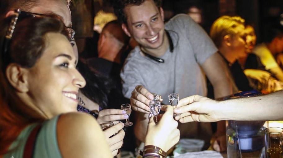 几名外国顾客在店内饮白酒碰杯.