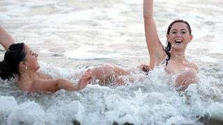 英国300多人裸泳壮观画面