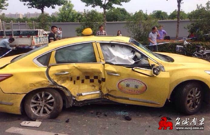一陕西牌照宝马车撞上行驶中的马自达轿车,马自达车内一男一女被撞飞