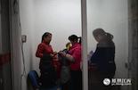 一个多星期前,47岁的蒋金莲(左一)从丰城来南昌找家政工作。过完年不久,丈夫和小儿子就外出打工,大儿子也已赴赣州上学,只有自己还待业在家。经堂姐介绍,蒋金莲火急火燎地赶到南昌。