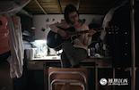 小贝说,现在两人还经常通电话,一聊就是几个小时。不过,到了晚上,手机和电脑成了现实中距离她更近的伴侣。为了摆脱失眠,小贝开始着手做一些自己想做的事情,因为学长喜欢音乐,为此她开始学弹吉他。