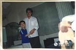 """相比起明星、宇航员这些偶像,罗磊的偶像就在身边。这张老照片是罗磊11岁时和他的偶像——他的爸爸的合影。""""别人也许会崇拜明星,但我从小就特别崇拜我爸爸。我爸是家中长子,都说长兄如父,他像大家长一样把全家人团结在一起,大家都特别服他。""""说起自己的父亲,罗磊十分骄傲。"""