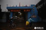 寒假前的第一天,在南昌县的塘南中学,师生们都在忙着收拾东西回家。不过,有一个电工是例外,因为连续三年未发工资,他必须留下来讨薪