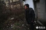 罗小罗,1982年就从父亲手中接下了塘南中学电工的工作,一直到现在都是临时工。他的职责就是保障整个学校电力系统的正常运转,身后的破旧小屋就是他工作的配电间。