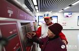 """在每周末,邱琳还会利用闲暇时间担任地铁志愿者。""""在地铁里多呆一小时,我就能更好地体验和了解受众对广告的影响。""""邱琳说,其实自己不是一个工作狂,如果可以把公益和工作结合,地铁志愿者是最好的选择。"""