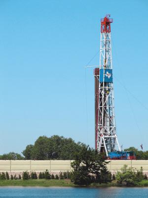美国德克萨斯州塔兰特郡的页岩气钻井平台。